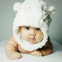 dziecko w zabawnej czapce